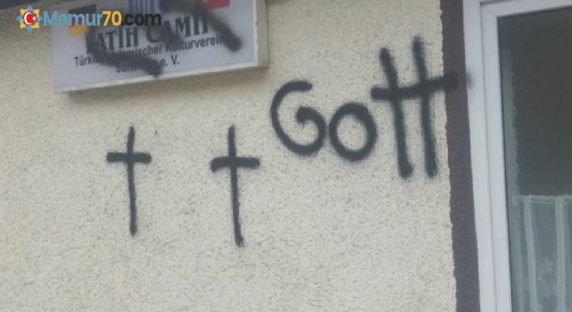 Almanya'da caminin duvarlarına haç çizildi