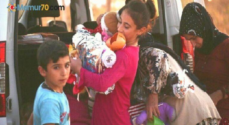 Memurluğu bıraktı! Köylerde çocuklara oyuncak dağıtıyor