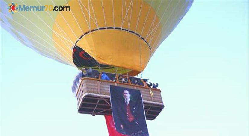 Kapadokya'da balonlar Türk bayrakları ve Atatürk posteri ile uçtu