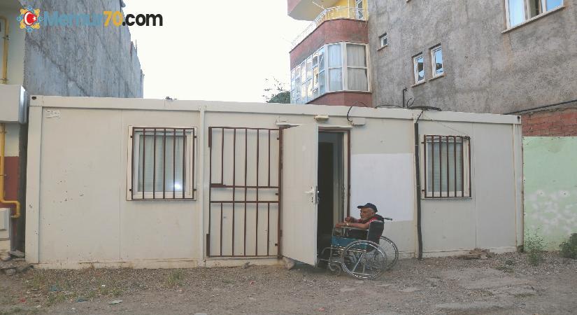 Konteynerde tek başına yaşayan engelli vatandaşın akülü sandalye talebi