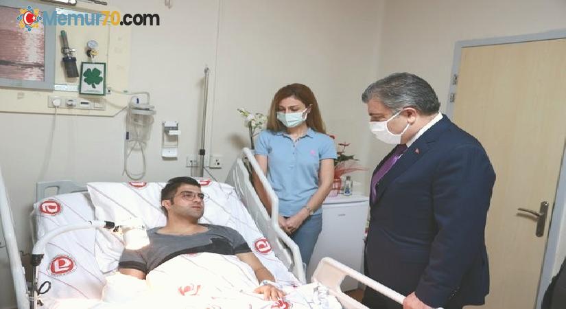 Bakan Koca'dan bıçaklı saldırıda yaralanan doktora geçmiş olsun ziyareti