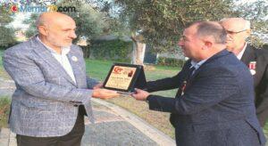Gazilerden Edremit'teki skandala tepki gösteren AK Partili Tuna'ya plaket
