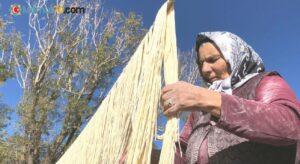 Kars'ta kadınlar 'imece' usulü erişte kesiyor